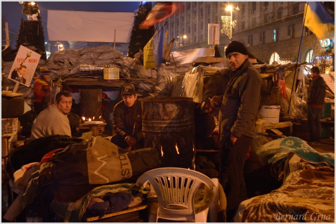 Activiste passant la nuit sur une barricade de Maidan, Kiev Ukraine - 23/12/2013, photo Bernard Grua DR