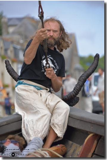 """Taras halant sur l'étai pour le mâtage de la tchaïka (appelée la """"galère ukrainienne"""" à Pont-Aven ) 19/08/2017"""
