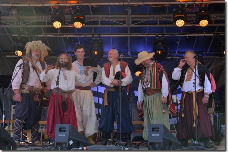 Chants cosaques, hymne national ukrainien sur la scène de la fête à la demande du Président de la Belle Angèle, Maurice Le Reste - 19/08/2017