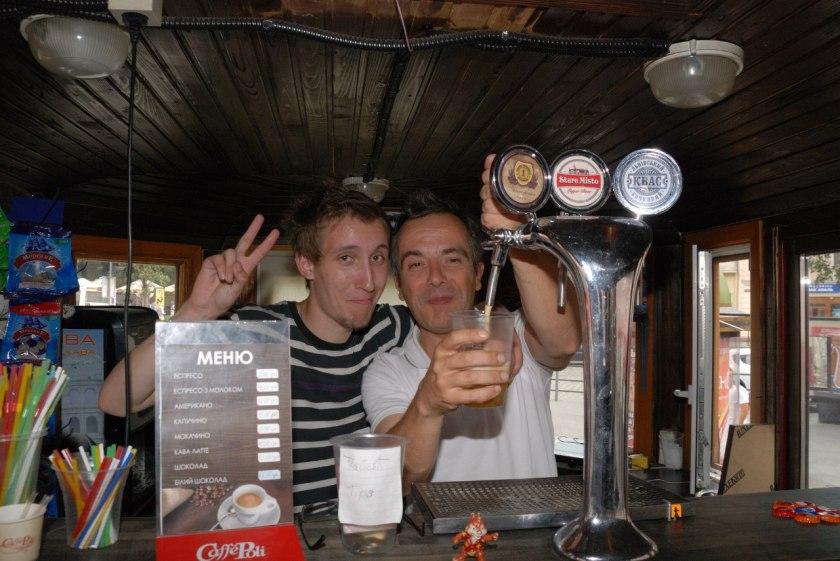 Derrière le bar avec Andrii dans un ancien wagon de tramway à Lviv, Ukraine