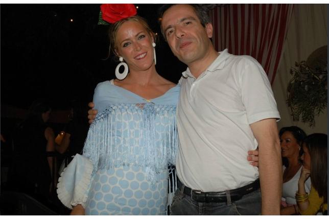 Belle Andalouse, à la tenue flamenca lors de la feria de St Miguel, Arcos de la Frontera. Espagne