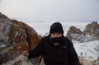 Bernard Grua devant le rocher du chaman sur l'île d'Olkhon, lac Baïkal, Sibérie