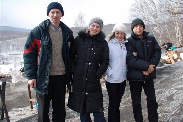 Bernard Grua, visite dans la vallée de la Tounka avec des amis russes d'Irkoutsk. Arrêt à Koultouk, promontoire sud-ouest au dessus du lac Baikal, Sibérie.