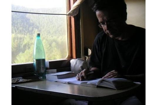 """Bernard Grua, seul dans le """"koupé"""" du Baikal Amour Magistral (BAM) à travers les montagnes et la taïga sibérienne."""
