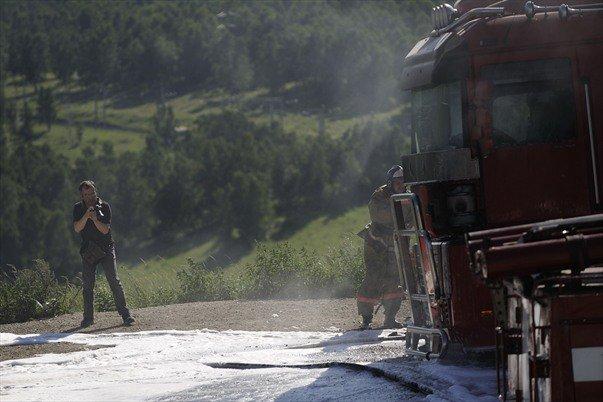 Bernard Grua photographie les pompiers de Koultouk maîtrisant un feu qui a embrasé un camion montant depuis la rive du Lac Baikal, Sibérie