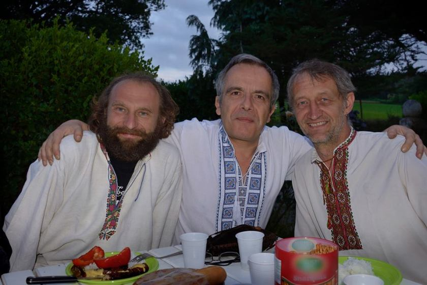 Bernard Grua avec Taras B. et Miron H., le skipper et le charpentier de la tchaïka cosaque à Quéven, Bretagne.