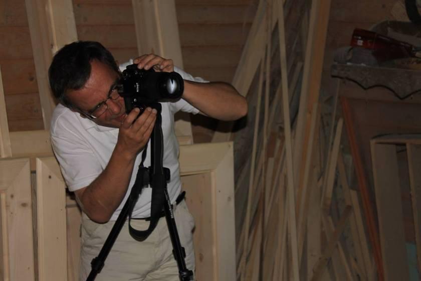 Bernard Grua photographiant dans un atelier d'artisan ébéniste, à Dzembronya, Carpates, Ukraine