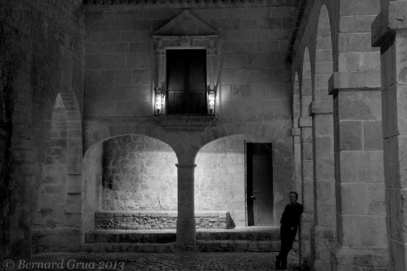 Bernard Grua dans la chicane d'accès à l'ancienne ville haute fortifiée d'Ibiza, Baléares, Espagne.