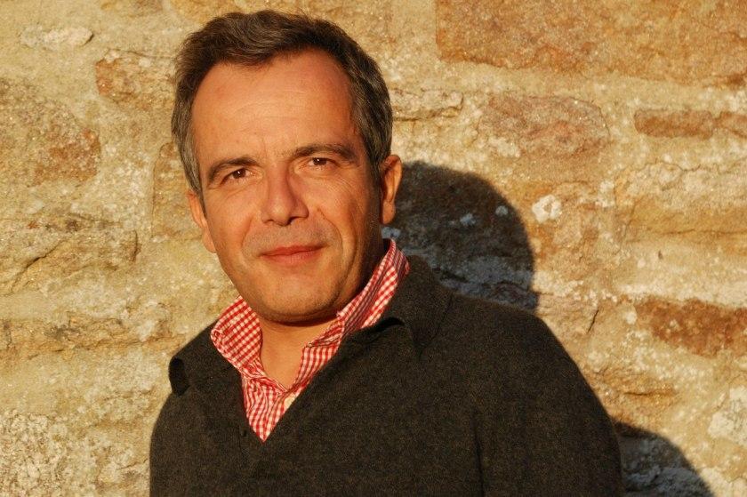 Bernard Grua, une fin d'après-midi d'été, devant la maison familiale en Centre Bretagne