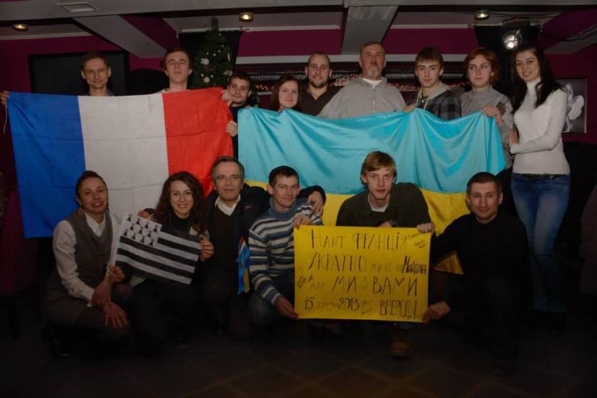 Bernard Grua remet le poster nantais de soutien à Euromaidan au club d'Ivano-Frankivsk, Ukraine. 28/12/2013