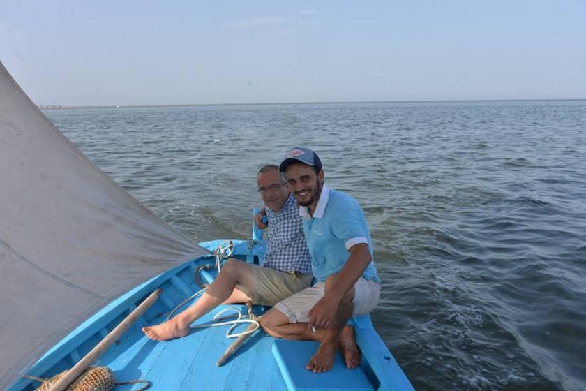 Bernard Grua, avec Mabrouk A., charpentier de marine, navigation à la voile sur un rapide loudso des Kerkennah, Golfe de Gabès, Tunisie