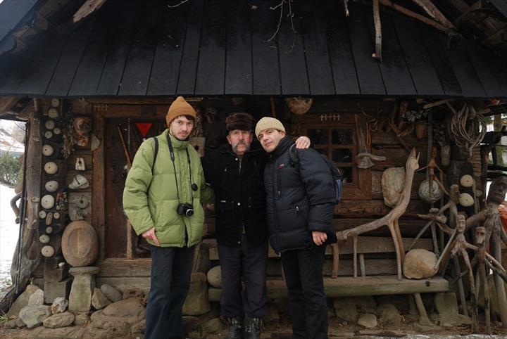 Bernard Grua avec Pavlo K. et le propriétaire du musée de Kosmatch, Carpates, Ukraine