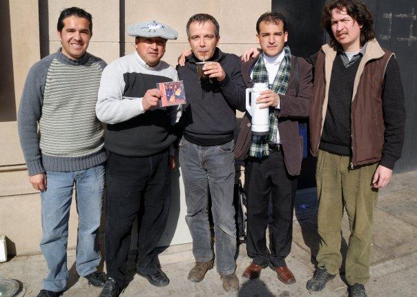 """Mate avec un groupe de musicien lors de la """"Rural"""" de Buenos Aires, Argentine."""