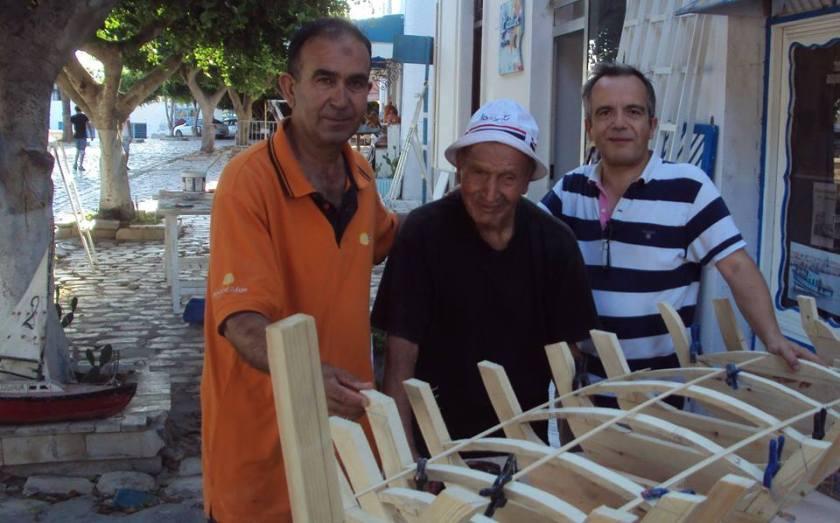 Bernard Grua, avenue des fatimides, avec Nabil Sfaxi, maquettiste à Mahdia, et le Rais M'Hamed, plus ancien pêcheur Mahdois, Sahel, Tunisie.