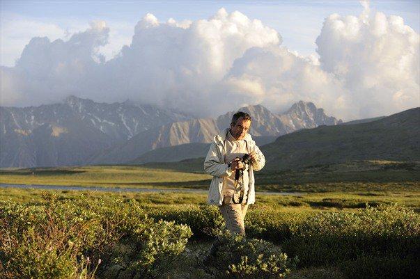 Bernard Grua dans le soleil rasant au pied du Munku Sardyk délimitant la frontière mongole, dans les Monts Saian orientaux, Sibérie