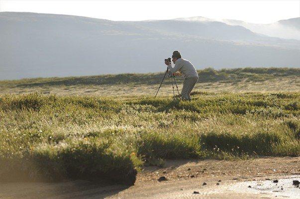 Bernard Grua, au petit matin, au pied du Munku Sardyk délimitant la frontière mongole, dans les Monts Saian orientaux, Sibérie