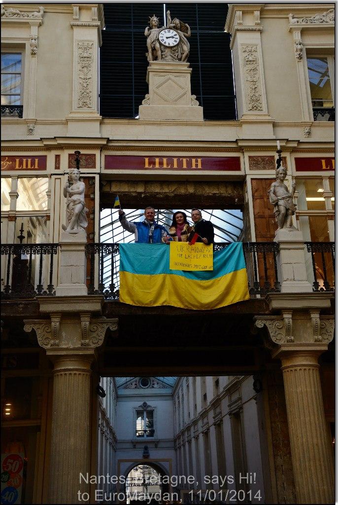 Bernard Grua: flashmob de soutien à la révolution ukrainienne d'Euromaidan, avec Luc et Sacha dans le passage Pommeraye, Nantes