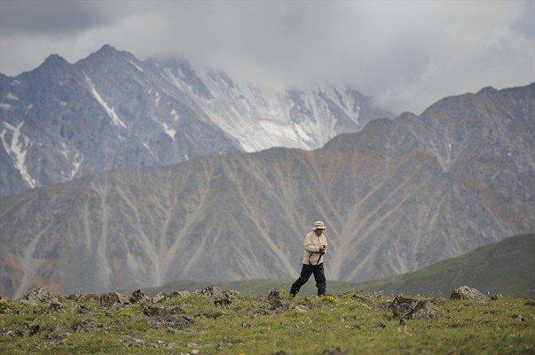 Bernard Grua retour précipité au campement. L'orage s'abat depuis le Munku Sardyk, Monts Saian orientaux, Sibérie