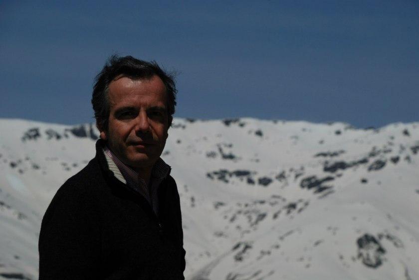 Bernard Grua, devant la caldera du Mulhacen, plus haut sommet d'Espagne continentale, Alpurrajas, Andalousie