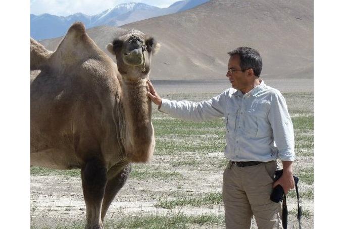 Bernard Grua avec un chameau de Bactriane à Rangkul, Pamir, Tadjikistan
