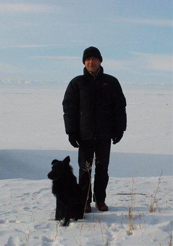 Bernard Grua sur les bords du grand lac Baïkal à Port Baikal, terminus du Circum-bakail. Ce chien nous a accueilli lorsque nous sommes arrivés . Il a dormi devant la porte de la gare qui nous hébergeait. Il nous a accompagné pendant toutes nos promenades dans le village et ne laissait ni hommes, ni bêtes nous approcher.