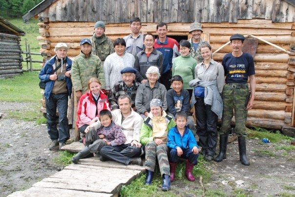Bernard Grua avec une famille d'éleveurs soyots et des visiteurs russes dans une estive des Mont Saian orientaux, plateau de l'Oka, Sibérie