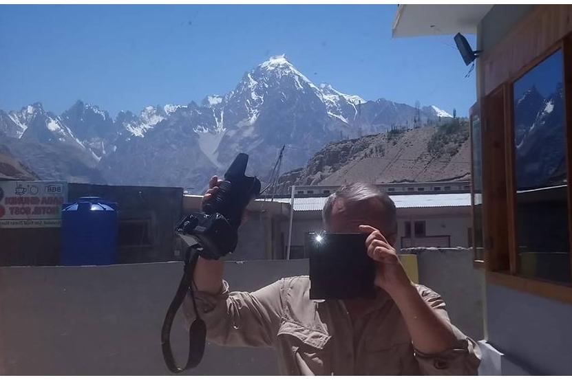 """Bernard Grua, """"selfie"""" en utilisant le reflet d'une vitre fumée, avec le déclenchement malencontreux du flash, à Sost dans le Karakoram."""
