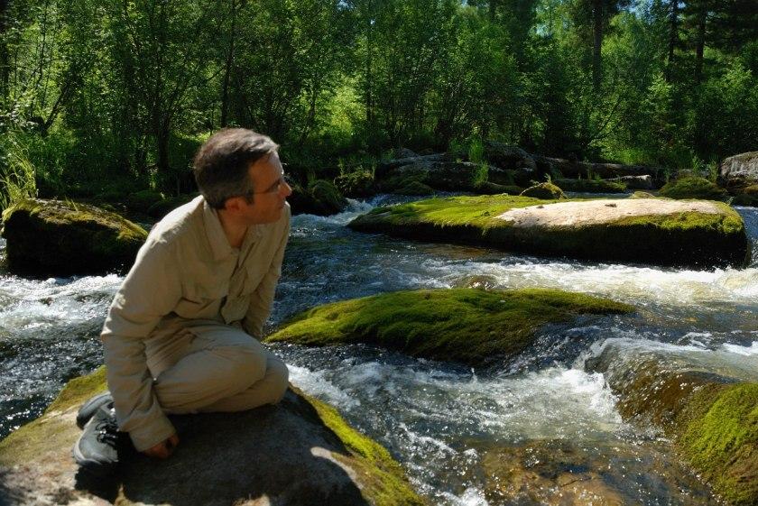Bernard Grua sur un rocher dans une rivière dans la taïga sibérienne, Oblast d'Irkoutsk.