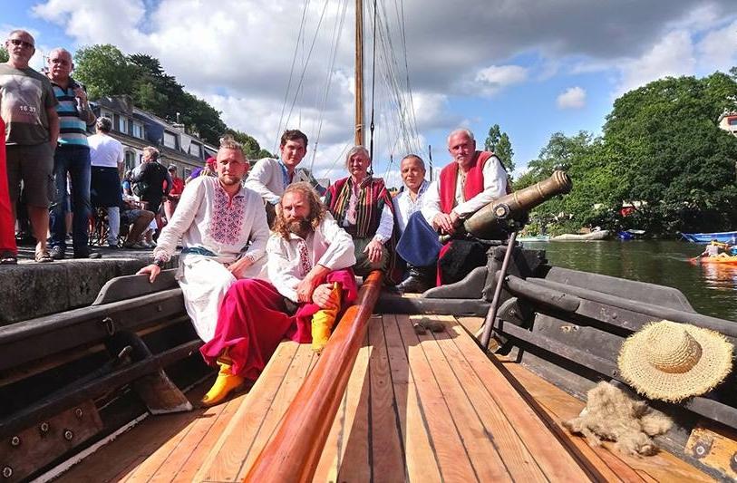 Bernard Grua sur la tchaika cosaque avec son équipage, Pont-Aven, Bretagne