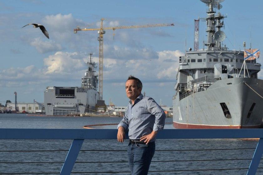Bernard Grua devant le Mistral Vladivostok et le Smolny russe. Reportage pour France 24 et RFI.