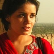 Une vidéo YouTube de 2010 montre la présentation de certains thèmes à la mode qui, si l'on fait abstraction de l'accent, auraient pu être déroulés au Royaume-Uni, aux États-Unis ou en Australie. Il est utile de savoir qui est la femme faisant cet exposé et de connaître ce qu'elle est devenue presque dix ans après. En 2010, Ramla Akhtar, une citadine du sud du Pakistan, de style de vie occidental, issue d'un milieu aisé et ayant bénéficié d'une éducation britannique, se disait « citoyenne du monde».