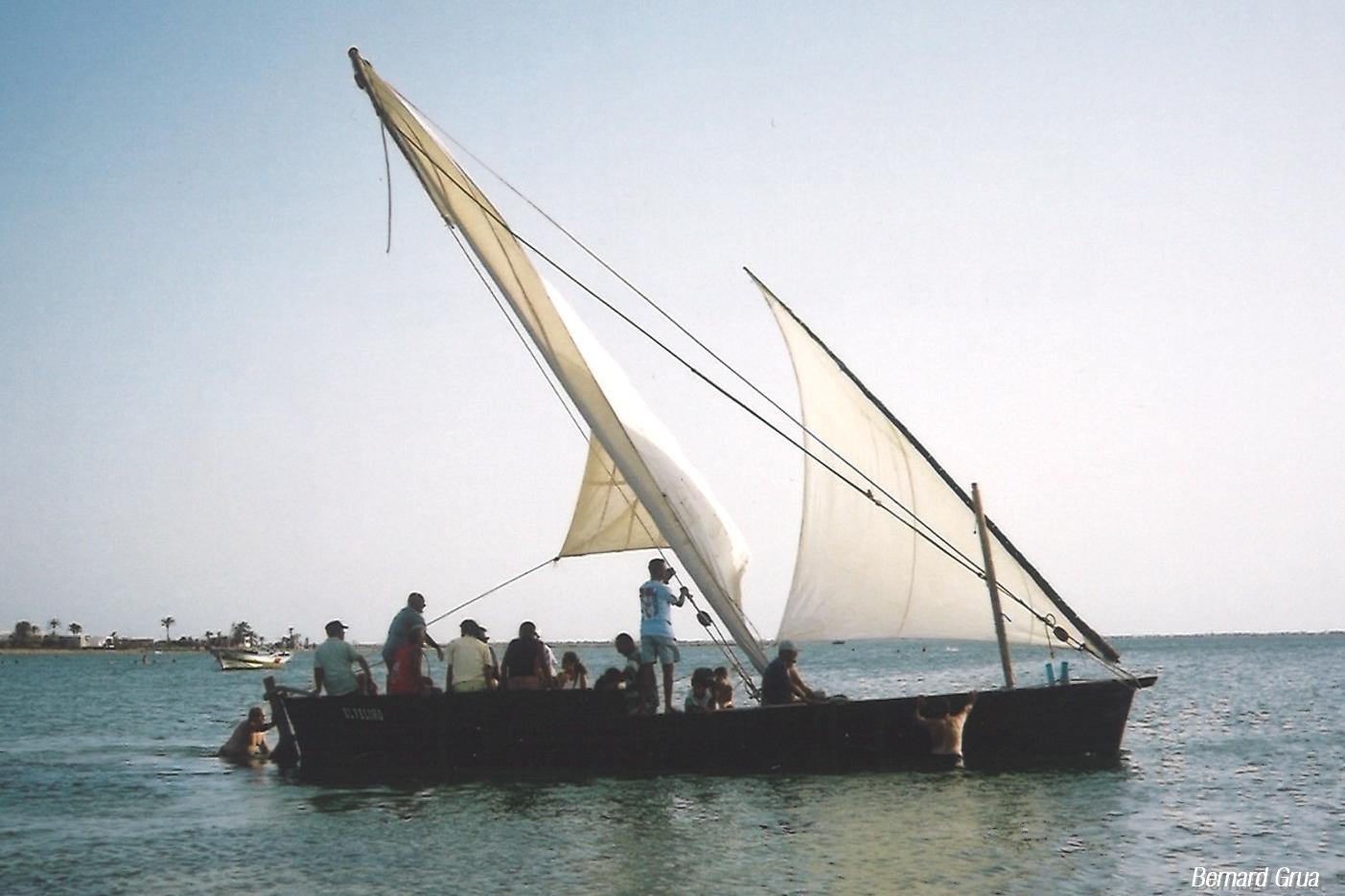"""Bernard Grua. Le loude El Filio que l'on voit ici à Chergui La Marsa a été longtemps abandonné. Il n'est plus en état de prendre la mer. Il est aujourd'hui au sec devant le musée d'El Abbassia. Lire: """"Le loud « El Feliho » à Kerkennah en 2002""""."""