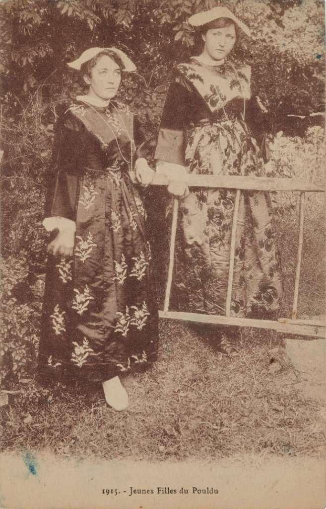 « Jeunes Filles du Pouldu » (Finistère, Bretagne, France, 1927 (?). Carte postale, impression photomécanique. MUCEM/YVES INCHIERMAN