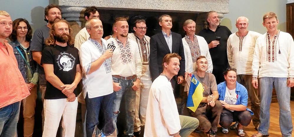 L'ambassadeur d'Ukraine en France, Oleg Shamshur, aux côtés de Laurent Lesiourd et de toute l'équipe des artistes ukrainiens, qui a restauré la chajka Presviata Pokrova.