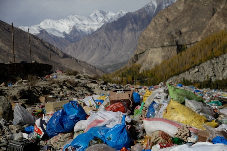 Ramla Akhtar: Les déchets d'une décharge informelle dans l'extrême nord du Pakistan sont fréquemment incinérés, envoyant des panaches de fumée nauséabonde juste à côté d'un lac glaciaire fréquenté par les touristes.