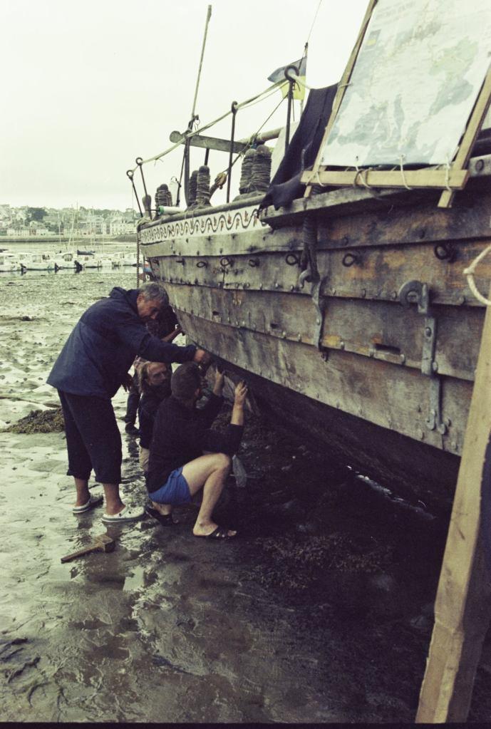 Латання отвору під час відпливу, Козацька чайка «Пресвята Покрова», Світлини Юліана Куклевського